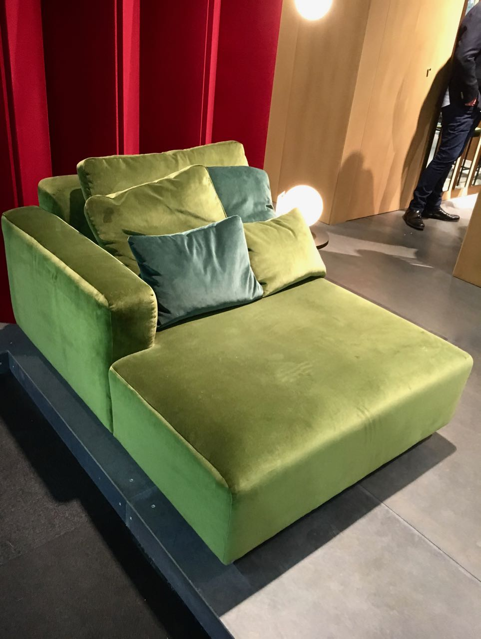 IMM_Cologne_Samtsofa_gruen_von_andtradition_Esther_Ollick _1